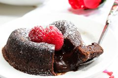 Schokolade Lava Cake Heart geformt mit Himbeere stockbild