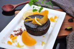 Schokolade Lava Cake mit Pfirsichbelag Stockbild