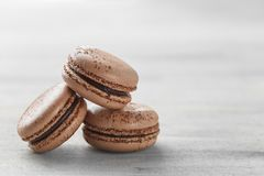 Schokolade Macarons-Nahaufnahme, französisches Gebäck-Plätzchen stockbilder