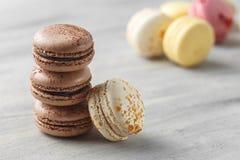 Schokolade Macarons-Nahaufnahme, französisches Gebäck-Plätzchen lizenzfreie stockbilder