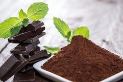 Schokolade mit einem Haufen des Kakaos stockfotografie