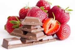 Schokolade mit Erdbeeresahne stockbilder
