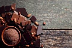 Schokolade mit Kakaopulver stockbilder