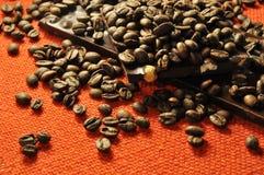 Schokolade mit Muttern und Kaffeebohnen Lizenzfreies Stockfoto