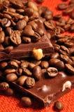 Schokolade mit Muttern und Kaffeebohnen Stockfoto