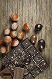 Schokolade mit Nüssen stockfotos