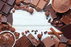 Schokolade mit Nüssen und Kakaobällen stockbild