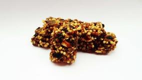 Schokolade mit Nüssen und trockenen Früchten lizenzfreie stockbilder