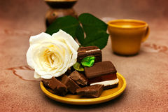 Schokolade mit Weißrose Stockbild