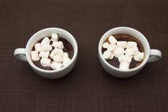 Schokolade mit zwei Schalen mit Zefir auf brauner Tabelle Lizenzfreies Stockbild