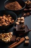Schokolade, Nüsse, Bonbons, Gewürze und brauner Zucker Stockfotografie