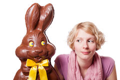 Schokolade Ostern Bunny Looking an einem blonden Mädchen Lizenzfreies Stockfoto