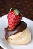 Schokolade Profiterol und Erdbeere-Nachtisch Stockbild