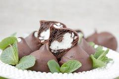 Schokolade profiteroles mit Häuschen. Stockfotos
