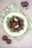 Schokolade profiteroles mit Häuschen. Lizenzfreie Stockfotos