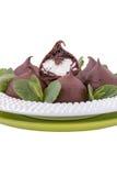Schokolade profiteroles mit süßer Klumpencreme auf einem weißen backgrou Stockbild