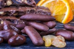 Schokolade, Rosine mit Schokolade, orange Schale mit Schokolade und Stockfoto