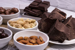 Schokolade, Süßigkeiten, Rosinen, Nüsse Lizenzfreies Stockbild