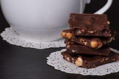 Schokolade, schwarzer Kaffee in der weißen Schale Lizenzfreie Stockfotografie