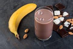 Schokolade Smoothie mit Nüssen lizenzfreies stockbild