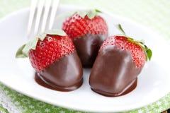 Schokolade tauchte Erdbeeren ein stockbilder