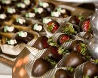 Schokolade tauchte Erdbeeren ein Stockfotos