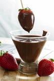 Schokolade tauchte Erdbeeren ein Lizenzfreies Stockfoto