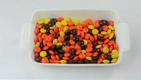 Schokolade u. Erdnussbutter-Süßigkeit beschichtete Festlichkeiten 3 Stockfotografie
