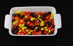 Schokolade u. Erdnussbutter-Süßigkeit beschichtete Festlichkeiten Stockfoto