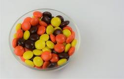 Schokolade u. Erdnussbutter-Süßigkeit beschichtete Festlichkeiten 2 Stockfotografie