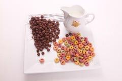Schokolade und farbiges Getreide mit Milch lizenzfreies stockfoto
