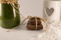 Schokolade und grüne Kiwismoothies und -spinat auf einem weißen backgr Stockfotos