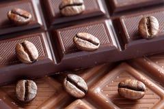 Schokolade und Kaffeebohnen Stockbild