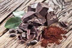 Schokolade und Kakaobohne über Holz Stockfoto