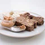 Schokoladen-Bananenkuchen des strengen Vegetariers und Erdnussbutter auf Weiß Stockbild