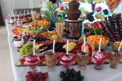Schokoladen-Brunnen-Eiscreme und Früchte zum Nachtisch an der Heirat von T Stockbild