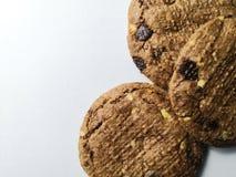 Schokoladen-Chips auf weißem Hintergrund lizenzfreie stockfotos