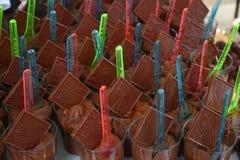 Schokoladen in den Gläsern stockbild