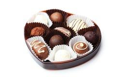 Schokoladen in der Schüssel auf dem weißen hölzernen Hintergrund Lizenzfreies Stockfoto