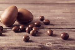 Schokoladen-Eier über hölzernem Hintergrund Lizenzfreies Stockbild