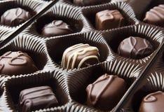 Schokoladen in einem Behälter Stockfotografie