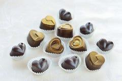 Schokoladen in einem Herzen formen gemacht von der Milch und von der dunklen Schokolade Stockfotos