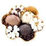 Schokoladen-Eiscreme mit Sahne in der Waffel-Schüssel lizenzfreies stockfoto
