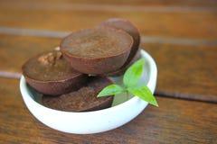 Schokoladen-fette Bombe in der weißen Schüssel stockfotografie