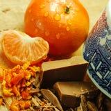 Schokoladen-Flocken und Orange Lizenzfreies Stockfoto