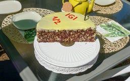 Schokoladen-Geburtstags-Kuchen des helben Jahres Lizenzfreies Stockbild