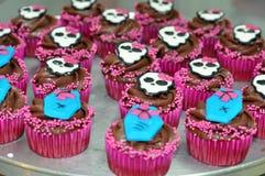 Schokoladen-Halloween-kleine Kuchen mit den Schädeln Stockfotos