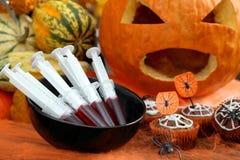 Schokoladen-Halloween-Muffinkuchen und -spritze mit Himbeersaft Stockfoto