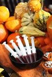 Schokoladen-Halloween-Muffinkuchen und -spritze mit Himbeersaft Stockfotos