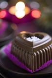 Schokoladen-Herz-Kuchen mit weißer Schneeflocke für den Silvesterabend Stockfotos